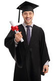 Ευχαριστημένος απόφοιτος φοιτητής που κρατά ένα δίπλωμα στοκ φωτογραφίες