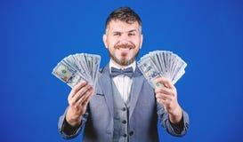 Ευχαριστημένος από τις έξυπνες επενδύσεις Μεσίτης νομίσματος με τη δέσμη των χρημάτων Παραγωγή των χρημάτων με την επιχείρησή του στοκ εικόνες