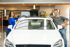 Ευχαριστημένος από το νέο αυτοκίνητό τους. στοκ φωτογραφία με δικαίωμα ελεύθερης χρήσης