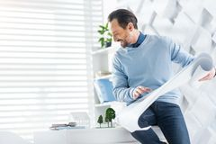 Ευχαριστημένος αρχιτέκτονας που κατασκευάζει ένα πρότυπο του σπιτιού στοκ εικόνες με δικαίωμα ελεύθερης χρήσης