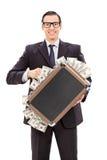 Ευχαριστημένος επιχειρηματίας που κρατά ένα σύνολο χαρτοφυλάκων των χρημάτων στοκ εικόνες με δικαίωμα ελεύθερης χρήσης