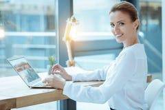 Ευχαριστημένος εργαζόμενος γραφείων που χρησιμοποιεί τον υπολογιστή στοκ φωτογραφίες με δικαίωμα ελεύθερης χρήσης