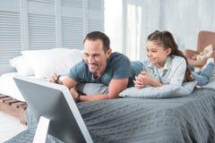 Ευχαριστημένος η Νίκαια πατέρας που διδάσκει την κόρη του στοκ φωτογραφίες