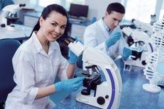 Ευχαριστημένος θετικός γενετησιολόγος που εργάζεται στο εργαστήριο στοκ εικόνα με δικαίωμα ελεύθερης χρήσης
