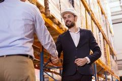 Ευχαριστημένος θετικός επιχειρηματίας που χαιρετά τον εργαζόμενό του στοκ φωτογραφίες με δικαίωμα ελεύθερης χρήσης