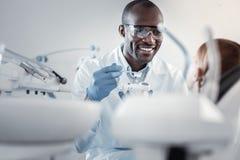 Ευχαριστημένος ιατρικός εργαζόμενος που διδάσκει το μικρό ασθενή του στοκ εικόνες με δικαίωμα ελεύθερης χρήσης