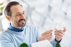 Ευχαριστημένος μηχανικός που κρατά ένα πρότυπο ενός μελλοντικού σπιτιού στοκ φωτογραφίες με δικαίωμα ελεύθερης χρήσης