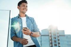 Ευχαριστημένος νεαρός άνδρας που κοιτάζει προς τα εμπρός στοκ φωτογραφίες με δικαίωμα ελεύθερης χρήσης