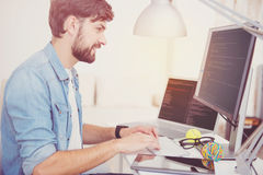 Ευχαριστημένος προγραμματιστής που κάνει την εργασία του ενθουσιωδώς στοκ φωτογραφία με δικαίωμα ελεύθερης χρήσης