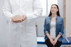 Ευχαριστημένος προεξέχων γιατρός που λαμβάνει μια επίσκεψη από τη νέα κυρία στοκ εικόνα