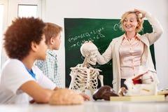 Ευχαριστημένος συμπαθητικός δάσκαλος που δείχνει στο κεφάλι της στοκ φωτογραφία με δικαίωμα ελεύθερης χρήσης