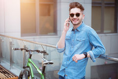 Ευχαριστημένος τύπος που μιλά στο έξυπνο τηλέφωνο Στοκ φωτογραφίες με δικαίωμα ελεύθερης χρήσης