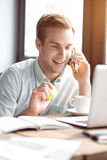 Ευχαριστημένος τύπος που μιλά στο τηλέφωνο κυττάρων Στοκ εικόνες με δικαίωμα ελεύθερης χρήσης
