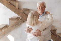 Ευχαριστημένος φροντίζοντας σύζυγος που αγκαλιάζει τη σύζυγό του στοκ εικόνες
