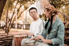 Ευχαριστημένος χίπης που κάνει τη χαλαρώνοντας μουσική στο πάρκο στοκ φωτογραφία με δικαίωμα ελεύθερης χρήσης