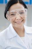 Ευχαριστημένος χαρούμενος επιστήμονας που είναι σε μια μεγάλη διάθεση στοκ φωτογραφίες