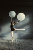 Ευχαριστημένος χορευτής μπαλέτου που καταδεικνύει το ταλέντο της στοκ εικόνα με δικαίωμα ελεύθερης χρήσης