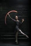 Ευχαριστημένος χορευτής μπαλέτου που παρουσιάζει επιείκειά της στοκ φωτογραφίες με δικαίωμα ελεύθερης χρήσης