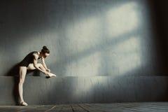 Ευχαριστημένος χορευτής μπαλέτου που φορά τα σημεία της στη χορεύοντας αίθουσα στοκ εικόνα