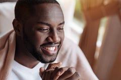 Ευχαριστημένο άτομο αφροαμερικάνων που έχει το γεύμα στον καφέ στοκ εικόνα με δικαίωμα ελεύθερης χρήσης