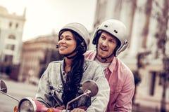 Ευχαριστημένο ευτυχές ζεύγος που οδηγά μια μοτοσικλέτα από κοινού στοκ φωτογραφία με δικαίωμα ελεύθερης χρήσης