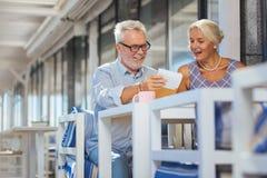 Ευχαριστημένο ηλικίας ζεύγος που επιλέγει τα τρόφιμα στο εστιατόριο στοκ εικόνες με δικαίωμα ελεύθερης χρήσης
