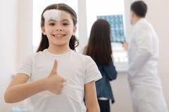 Ευχαριστημένο θετικό κορίτσι που εξετάζει σας στοκ εικόνες με δικαίωμα ελεύθερης χρήσης