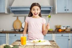 Ευχαριστημένο κορίτσι και κατοχή του υγιούς προγεύματος στοκ εικόνα