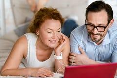 Ευχαριστημένο μέσο ηλικίας ζεύγος που ακούει τη μουσική στο σπίτι στοκ φωτογραφία με δικαίωμα ελεύθερης χρήσης