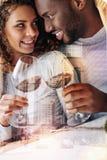 Ευχαριστημένο νέο κρασί κατανάλωσης ζευγών Στοκ εικόνα με δικαίωμα ελεύθερης χρήσης