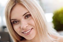 Ευχαριστημένο νέο χαμόγελο γυναικών στοκ εικόνες