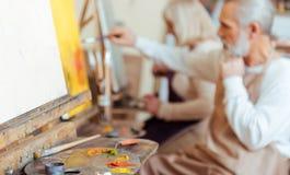 Ευχαριστημένο σχέδιο καλλιτεχνών στη ζωγραφική της κατηγορίας στοκ φωτογραφίες με δικαίωμα ελεύθερης χρήσης