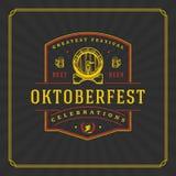 Ευχετήρια κάρτα ή ιπτάμενο Oktoberfest στο κατασκευασμένο υπόβαθρο Εορτασμός φεστιβάλ μπύρας Στοκ εικόνα με δικαίωμα ελεύθερης χρήσης