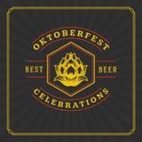 Ευχετήρια κάρτα ή ιπτάμενο Oktoberfest στο κατασκευασμένο υπόβαθρο Εορτασμός φεστιβάλ μπύρας Στοκ Φωτογραφίες