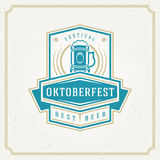 Ευχετήρια κάρτα ή ιπτάμενο Oktoberfest στο κατασκευασμένο υπόβαθρο Εορτασμός φεστιβάλ μπύρας Στοκ φωτογραφία με δικαίωμα ελεύθερης χρήσης