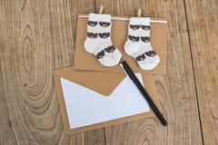 Ευχετήρια κάρτα γενεθλίων με τις κάλτσες μωρών Στοκ Φωτογραφία