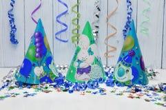 Ευχετήρια κάρτα για το κόμμα καρναβαλιού καπέλο και κεριά στο άσπρο υπόβαθρο Στοκ Εικόνες