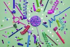 Ευχετήρια κάρτα για το κόμμα καρναβαλιού καπέλο και κεριά στο άσπρο υπόβαθρο Υπόβαθρο για τα γενέθλια Στοκ Φωτογραφία