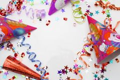 Ευχετήρια κάρτα για το κόμμα καρναβαλιού καπέλο και κεριά στο άσπρο υπόβαθρο Στοκ φωτογραφία με δικαίωμα ελεύθερης χρήσης