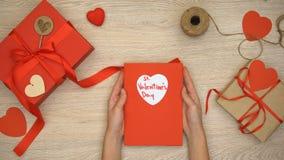 Ευχετήρια κάρτα εκμετάλλευσης γυναικών με τη φράση ημέρας βαλεντίνων του ST, κιβώτια δώρων στον πίνακα φιλμ μικρού μήκους