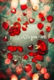 Ευχετήρια κάρτα ημέρας βαλεντίνων με τα κόκκινα τριαντάφυλλα, την καρδιά και το κείμενο εσείς και εγώ εμείς, τοπ σύνθεση άποψης Α Στοκ εικόνες με δικαίωμα ελεύθερης χρήσης