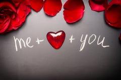 Ευχετήρια κάρτα ημέρας βαλεντίνων με τα τριαντάφυλλα, την καρδιά και το κείμενο: εγώ συν σας στο μαύρο πίνακα κιμωλίας Στοκ εικόνες με δικαίωμα ελεύθερης χρήσης