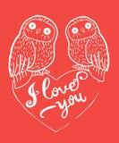 Ευχετήρια κάρτα ημέρας βαλεντίνων με τις χαριτωμένες κουκουβάγιες και καρδιά στο κόκκινο υπόβαθρο απεικόνιση αποθεμάτων