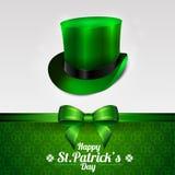 Ευχετήρια κάρτα ημέρας του ST Πάτρικ με το καπέλο leprechaun σε ένα πράσινο υπόβαθρο Τόξο και κορδέλλα επίσης corel σύρετε το διά Στοκ εικόνα με δικαίωμα ελεύθερης χρήσης