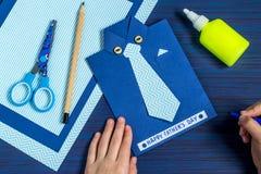 Ευχετήρια κάρτα δημιουργιών για την ημέρα πατέρων ` s από το παιδί Βήμα 1 Στοκ Εικόνες