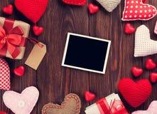 Ευχετήρια κάρτα και καρδιές ημέρας βαλεντίνων Στοκ εικόνες με δικαίωμα ελεύθερης χρήσης