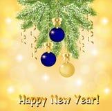 Ευχετήρια κάρτα με έναν κλάδο έλατου με τις μπλε και χρυσές σφαίρες Χριστουγέννων διανυσματική απεικόνιση