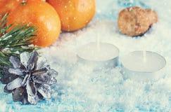 Ευχετήρια κάρτα με τις διακοσμήσεις και ένα κερί Στοκ Εικόνα
