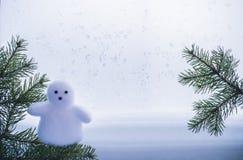 Ευχετήρια κάρτα με τους κλάδους έλατου και έναν χιονάνθρωπο στοκ φωτογραφία με δικαίωμα ελεύθερης χρήσης