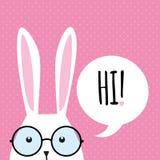 Ευχετήρια κάρτα με το αστείο λαγουδάκι bunny ανασκόπησης τα αυτιά Πάσχα απομόνωσαν το λευκό Στοκ Εικόνα